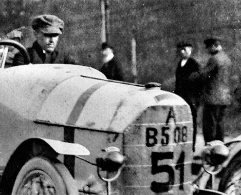 Der historische Rennwagen bei einer Ausfahrt