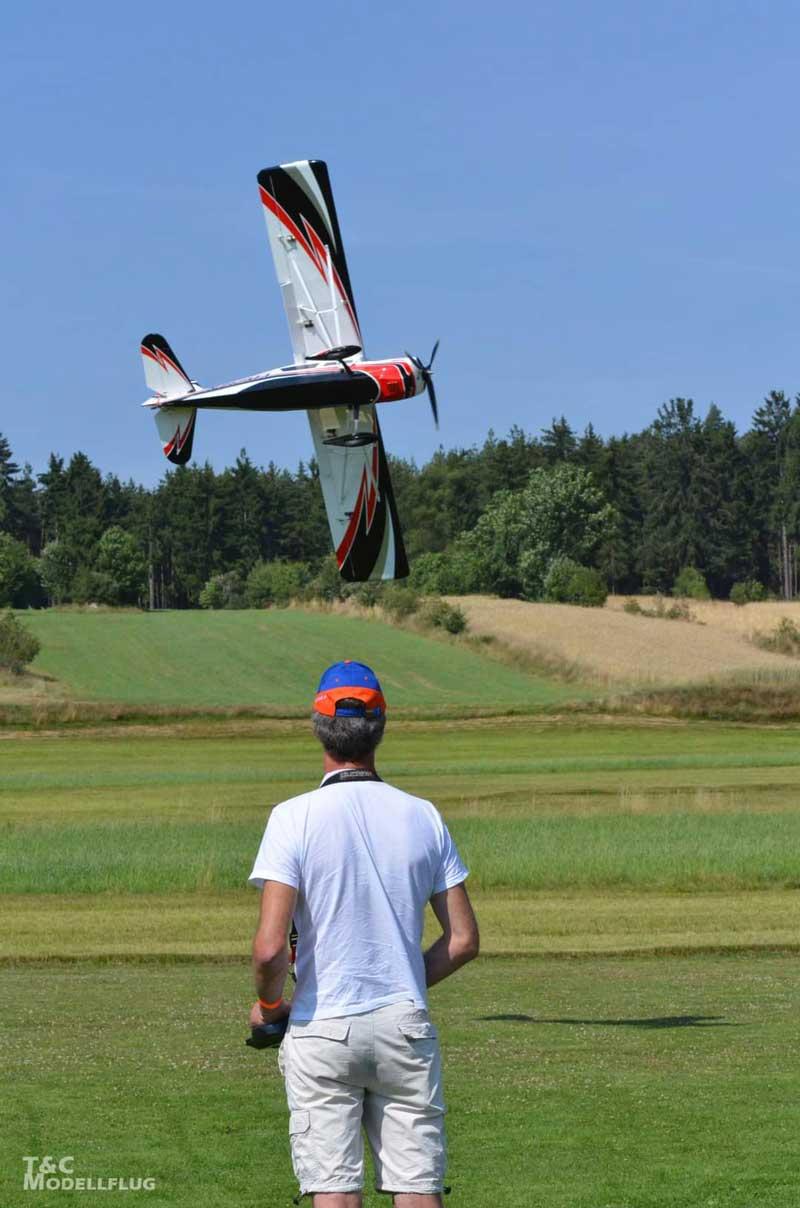 Robert Sixt mit dem Modellflugzeug DECATLON